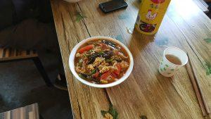 Nudelsuppe in einem Straßenrestaurant am Qinghai Highway