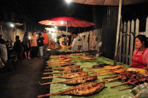 Stand mit gegrillten Fischen am Spieß auf dem Nachtmarkt in Vientiane in Laos