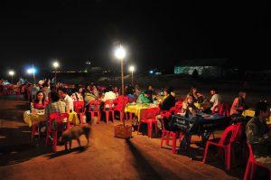 Mobiles Restaurant mit Tischen und Stühlen auf dem Nachtmarkt in Vientiane in Laos
