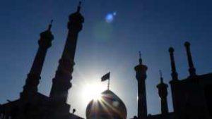 Silhouette einer Moschee im Gegenlicht in Teheran im Iran