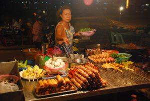 Essens Stand mit laotischen Speisen auf dem Nachtmarkt in Vientiane auf einer Laos Reise