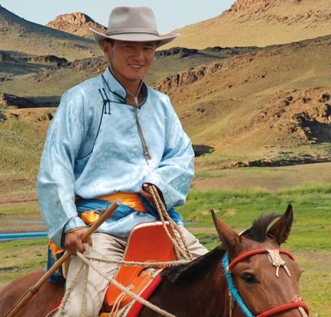 Nomade mit Pferd in der Mongolei an einem Fluss beim Kloster von Ongii