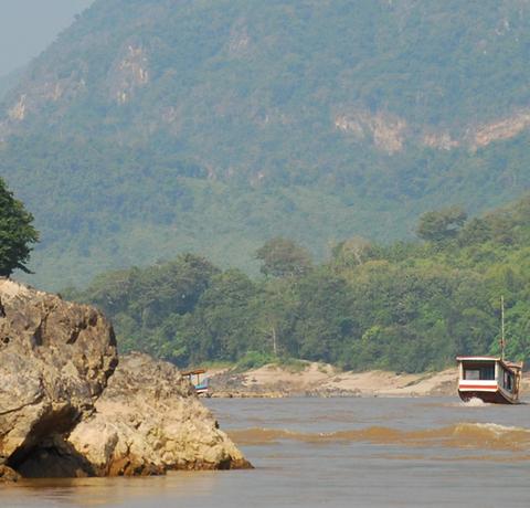 Fluss Mekong in Nordlaos mit zwei Ausflugsbooten bei mäßigem Wellengang auf einer Laos Reise
