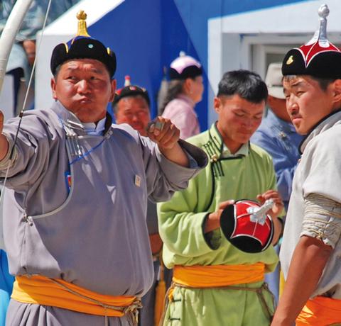 Mongolen beim Bogenschießen auf dem Naadam Fest in Ulan Bator in der Mongolei.