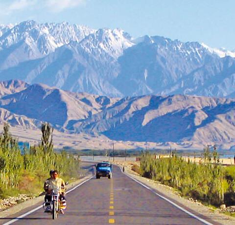 Karakorum Highway mit schneebedeckten Bergen im Hintergrund