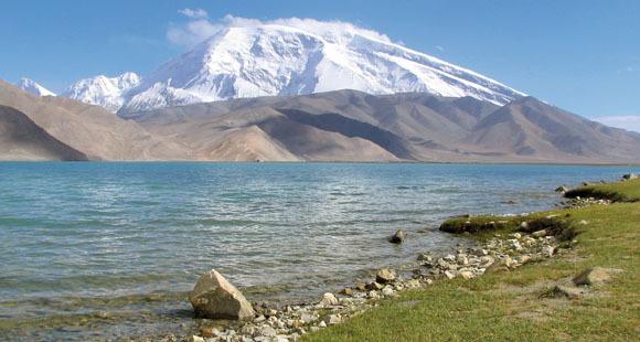 Berg Mustag Ata am Karakol See in Westchina mit Ufer im Vordergrund