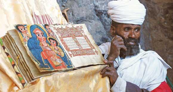 Priester bei den Felsenkirchen von Lalibela in Äthiopien