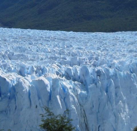 Unsere Argentinien und Chile Rundreise führt uns durch Patagonien und Feuerland. Unter anderem Wandern wir zum Perito Moreno Gletscher ganz im Süden Argentiniens!