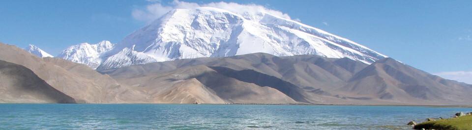 Schneebedeckter Berg Mustag Ata mit dem Karakol See im Vordergrund