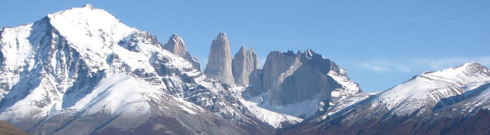 Mächtig ragt der Berg Torres del Paine in den Himmel und bietet einmal mehr ein perfektes Fotomotiv auf unserer Rundreise durch Patagonien und Feuerland.