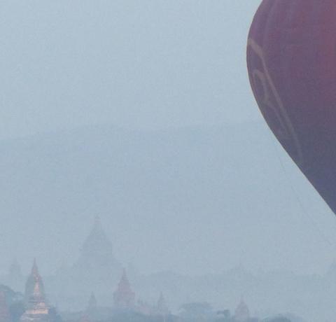 Morgendliche Ballonfahrt über den Pagodenfeldern von Bagan Myanmar Reisen