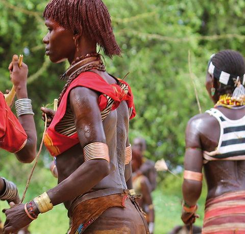 Einheimische bei einem traditionellen Tanz in Südäthiopien