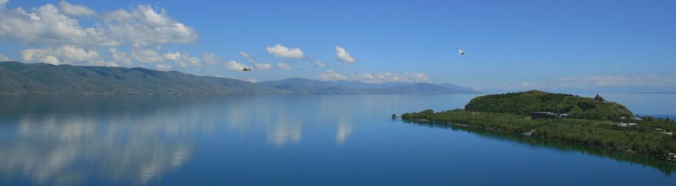 Sevan See in Armenien bei gutem Wetter