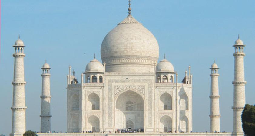 Blick auf das Taj Mahal in Indien in Agra / Uttar Pradesh