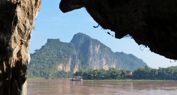 Blick auf den Mekong und ein laotisches Dorf in Laos