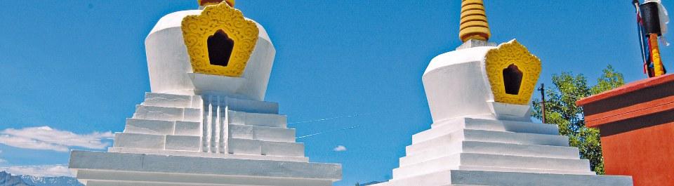 Zwei weiße Stupas mit gelben Spitzen in Ladakh während einer Indien Reise
