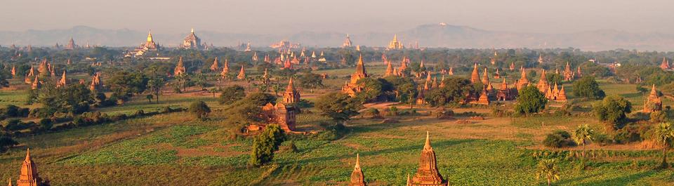 Blick auf die Pagodenfelder von Bagan in Myanmar im Licht der untergehenden Sonne