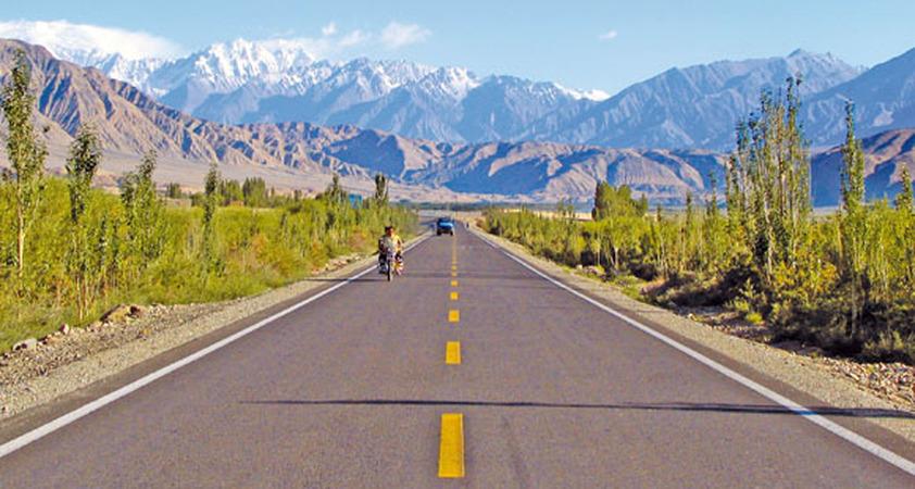 Fahrt auf dem Karakorum Highway an der alten Seidenstrasse