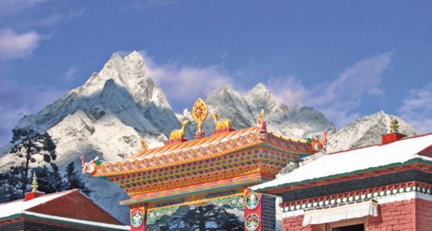 Eingangstor des Tengboche Klosters im Mount Everest Gebiet auf einer Nepal Reise