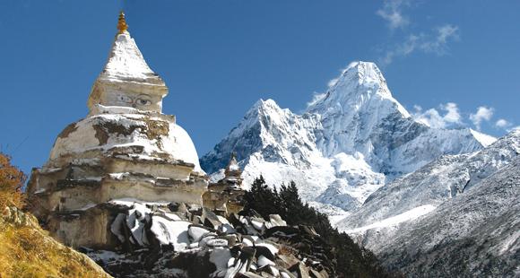 Schneebedeckter Berg Amadablam in Nepal mit einer buddhistischen Stupa im Vordergrund