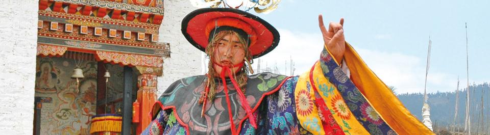 Maskentänzer auf einem Klosterfest während einer Bhutan Reise