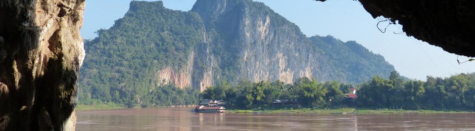 Fluss Mekong in Laos mit einem laotischen Dorf am Ufer