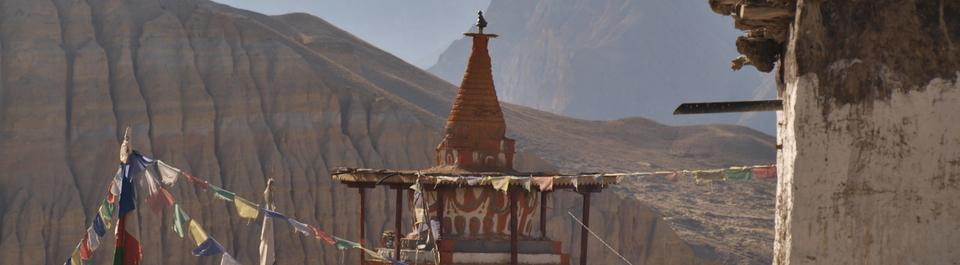 Mit Gebetsfahnen geschmückte Stupa auf einer Nepal Reise in Mustang
