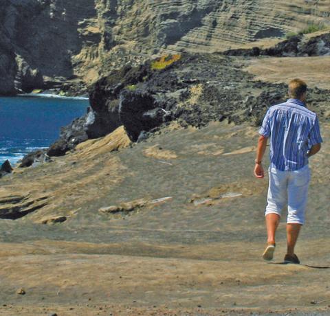 Wanderer an der Küste einer Azoren Insel