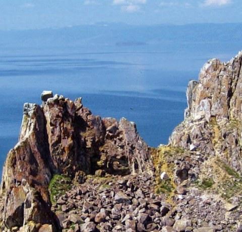 Schamanenfelsen auf der Olchon Insel am Baikalsee in Russland mit Blick auf den See