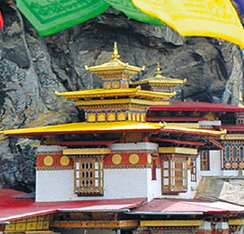 Tigernest Kloster mit Gebetsfahnen im Vordergrund in Bhutan