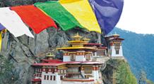 Tigernest Kloster in Bhutan mit Gebetsfahnen im Vordergrund