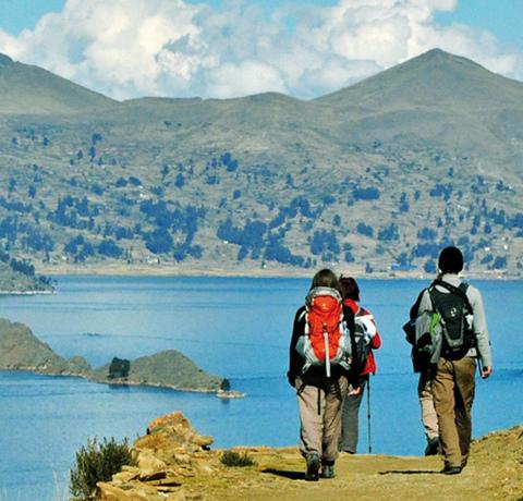 Wanderer am Huiñaimarca See (dem bolivianischen Teil des Titicacasees) in Bolivien