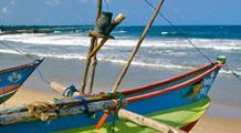 Bunte Fischerboote an einem Strand auf Sri Lanka