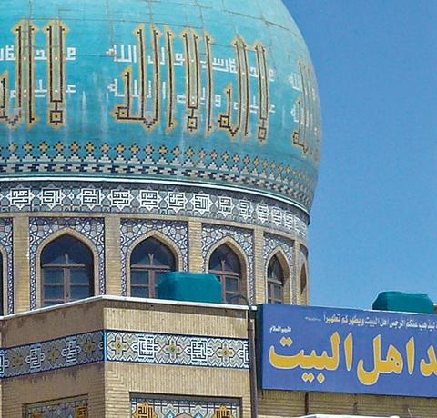 Moschee mit kunstvollen Mosaiken und türkisfarbener Kuppel im Iran