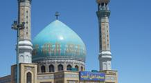 Moschee im Iran mit türkisfarbener Kuppel und Mosaiken