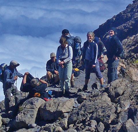 Wandergäste auf den Kapverden auf einem Wanderweg oberhalb der Wolken