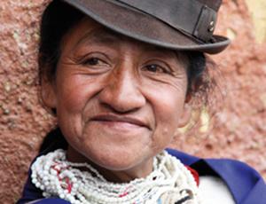 Einheimische Indigena Frau mit traditionellem Hut und Schmuck in Kolumbien