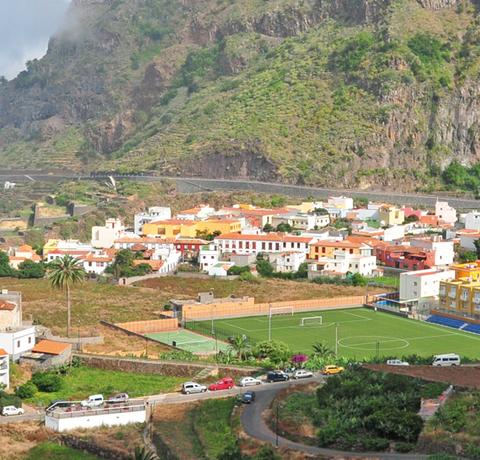 Blick auf einen Küstenort auf La Gomera
