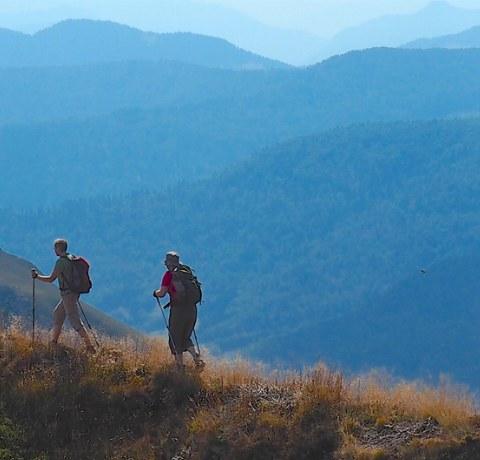 Wanderer in Montenegro auf einem Panoramaweg