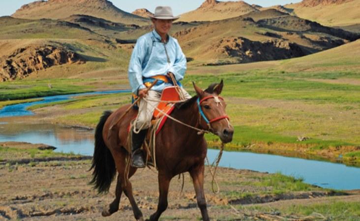 Reiternomade in der Mongolei nahe des Ongii Klosters
