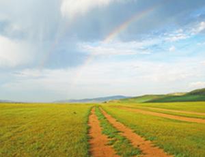 Sandpisten nahe des Orchon Tals in der Mongolei mit Regenbogen am Himmel
