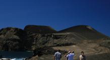 Wanderer an der Küste der Azoren