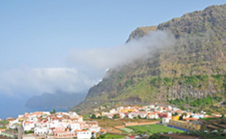 Blick auf ein Küstendorf in La Gomera