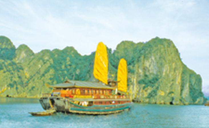 Dschunke mit gelben Segeln in der Halong Bucht auf einer Viernam Reise