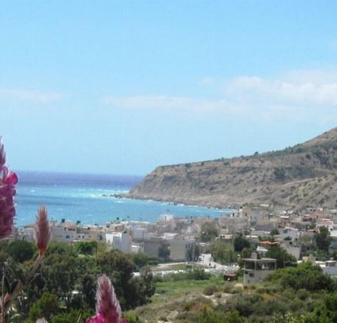 Blick auf ein Dorf am Meer auf der Insel Kreta in Griechenland