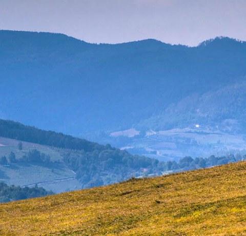 Ausblick in Serbien mit Heuhaufen im Vordergrund