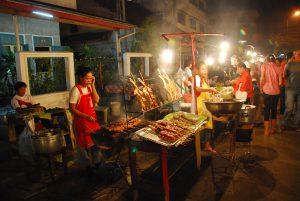 Grill Stand auf dem Nachtmarkt in Vientiane mit Fleisch Spießen auf einer Laos Reise
